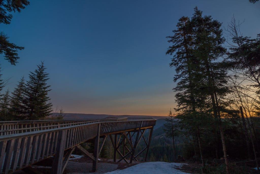 La plateforme du lac Ellbach pendant le levé de soleil.
